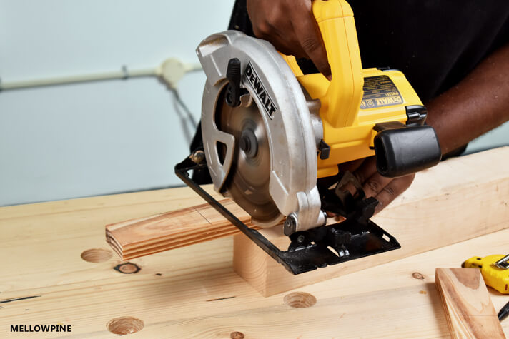 Cutting the half lap joint using circular saw