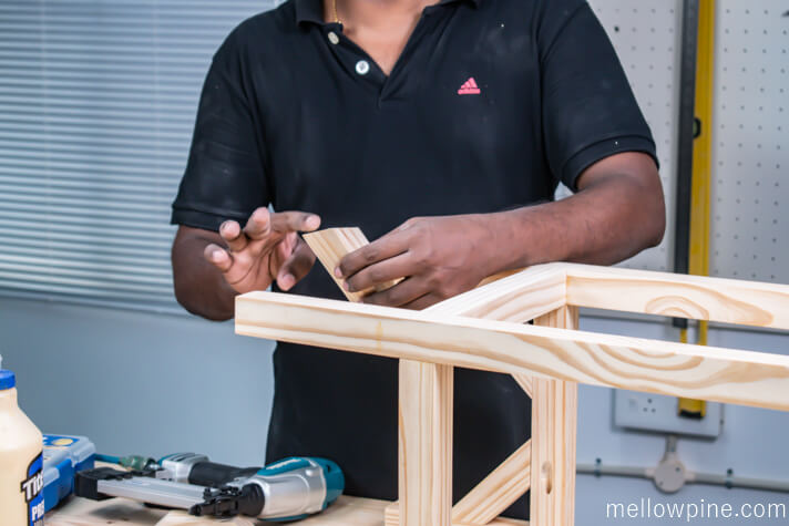 Attaching the inclined bracing pieces to the frame