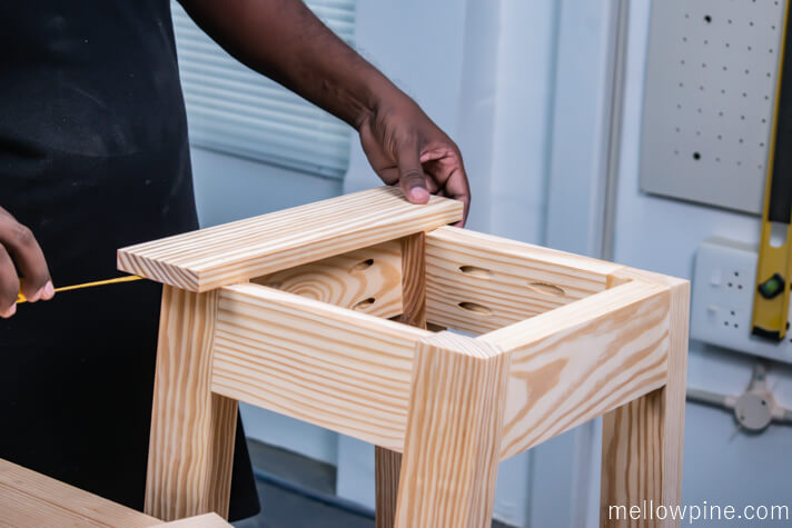 Centering the top seating piece (1 x 4) on the frame