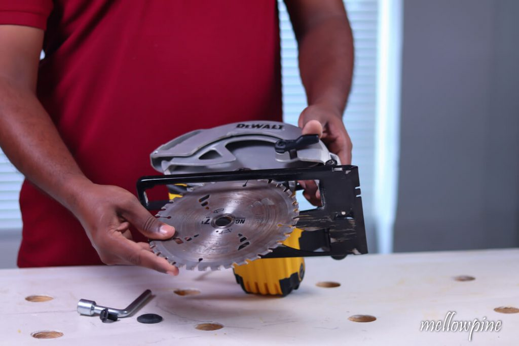 Putting the new blade into the circular saw